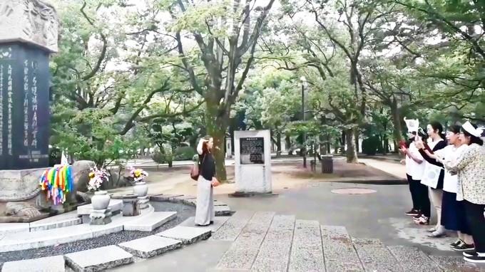 韓国人原爆犠牲者慰霊碑の前にて.jpg