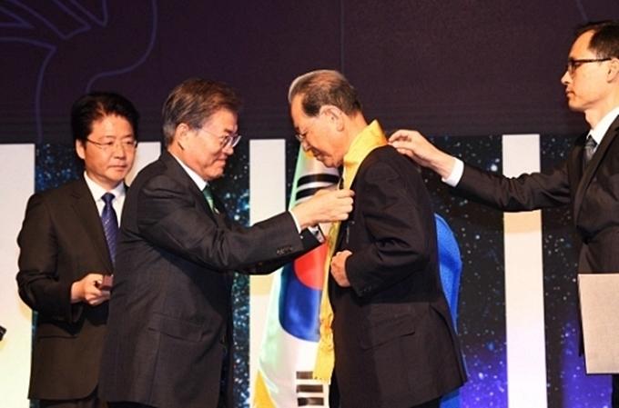 서용달 명예교수(오른쪽)에게 훈장을 수여하는 문재인 대통령.jpg