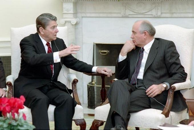 Gorbachev_and_Reagan_1987-12.jpg